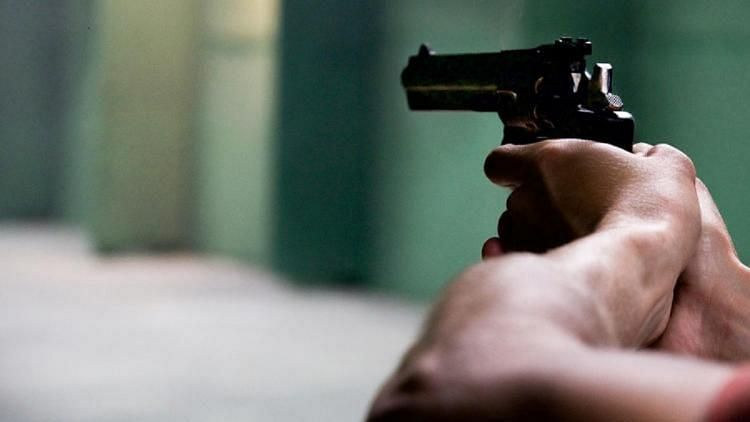 """<div class=""""paragraphs""""><p>A man who allegedly created panic among the public by opening fire after snatching a chain from a woman was gunned down at Sriperumbudur, Kanchipuram on Sunday, 10 October, police claim.</p></div>"""