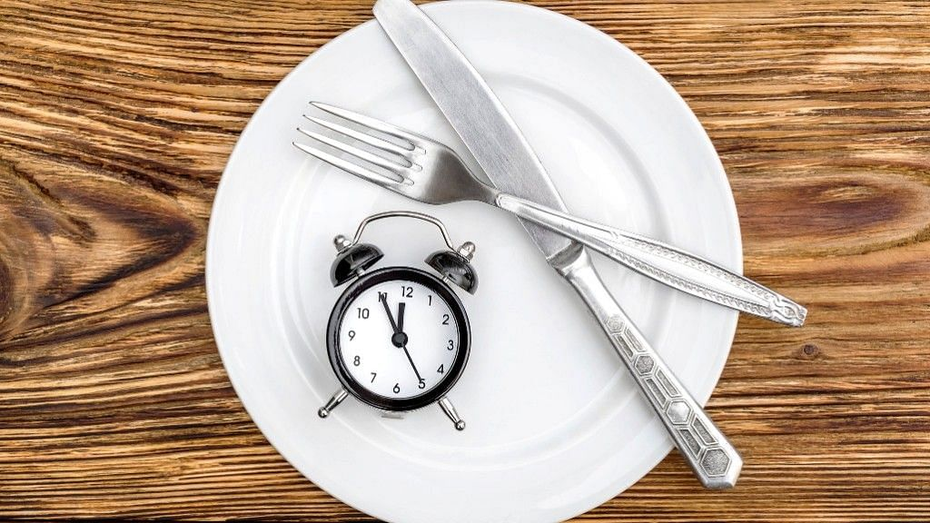 Intermittent fasting involves alternating between periods of fasting and eating.