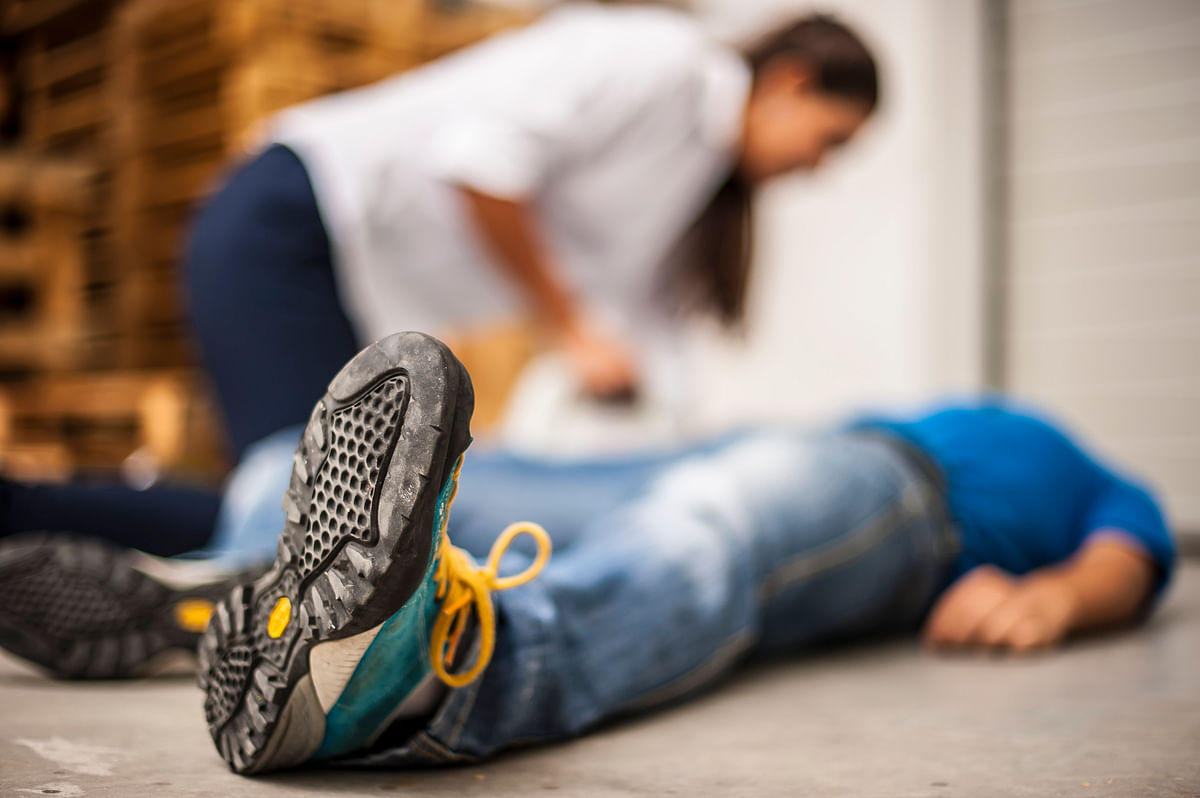 Fainting is characterized by a brief loss of consciousness which sets on rapidly and the recovery is spontaneous.