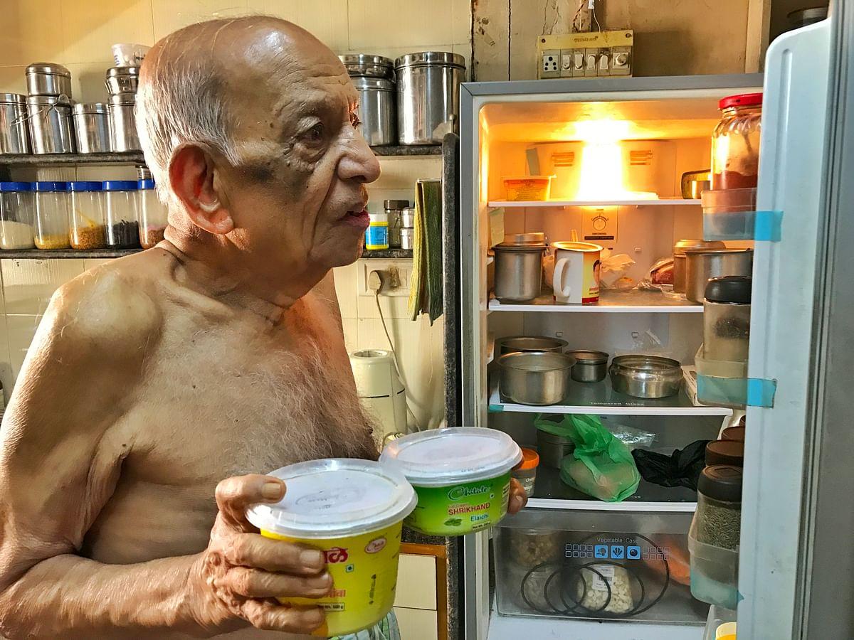 Narayan loves his meetha and shrikhand, while Iravati likes spicy food.
