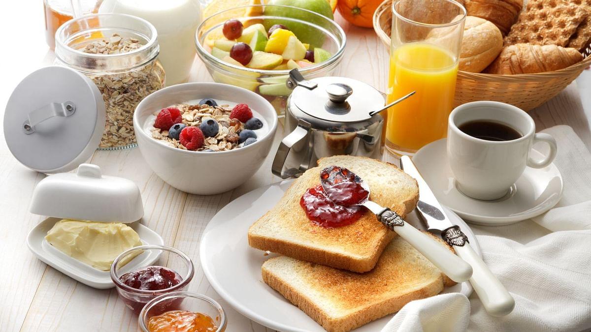 वजन कम करना हो, तो भरपेट नाश्ता और हल्का डिनर लें