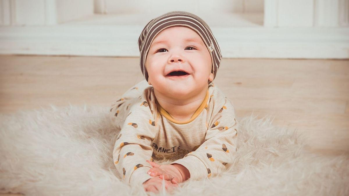 बच्चे ऐसी चीजों को छूते रहते हैं, जिन पर कीटाणु हो सकते हैं.