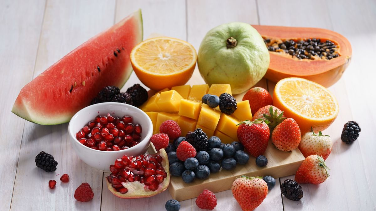 "<div class=""paragraphs""><p>It is always better to eat fruits instead of junk food in mid-meal snacks</p></div>"
