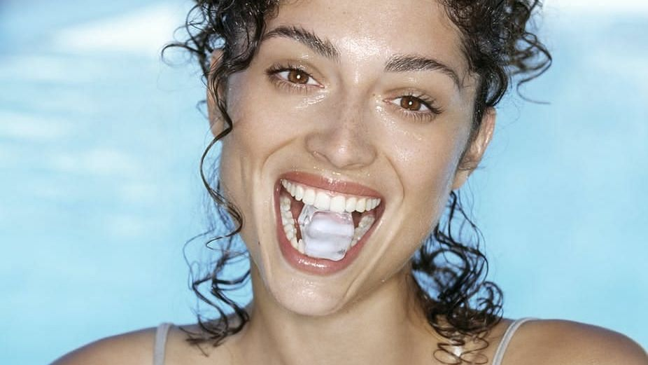 """<div class=""""paragraphs""""><p>Reason why chewing ice cubes is bad for oral health</p></div>"""