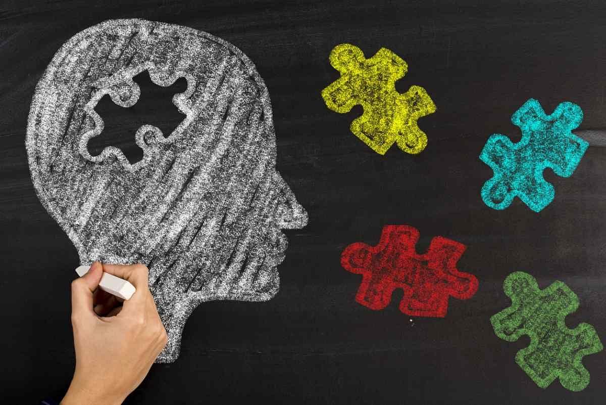 किसके पास से शुरुआत की जाए यह मानसिक समस्या के चरण और उसकी तीव्रता पर निर्भर करता है.