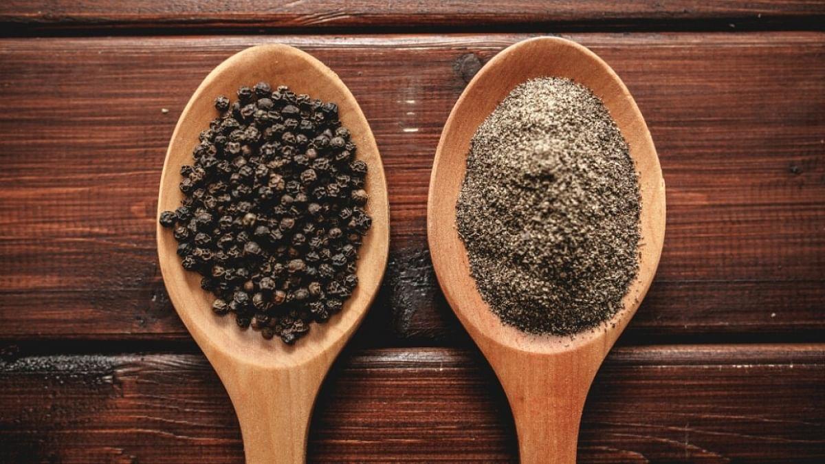 वजन कम करने के लिए काली मिर्च सबसे अच्छे मसालों में से एक है.